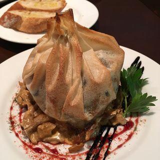 若鶏のブリック包み焼き きのこクリームソース(ワインビストロ ラトリシエール )