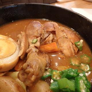 たっぷりの野菜と骨付きチキンが好評の『チキン野菜カレー』(スープカレー 米KURA )