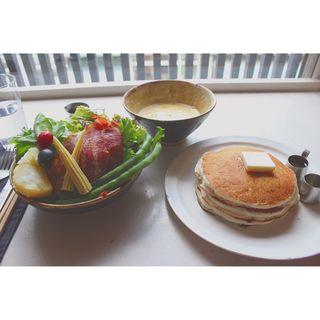 サラダとバターミルクのパンケーキ(ももちどり)