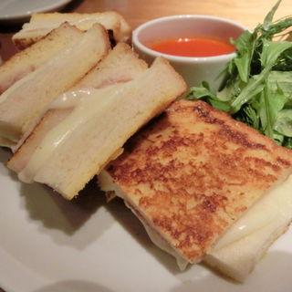 モッツァレラチーズとプロシュートのカロッツァ トマトソース添え
