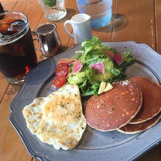 パンケーキ、目玉焼き、サラダ、ドリンク(トリトンカフェ代官山 (TRITON CAFE DAIKANYAMA))