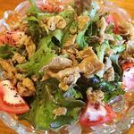 鶏皮のカリカリサラダ(ナイスユカリ)