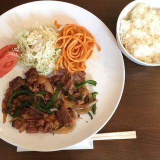 日本橋肉問屋直送日本産牛のスタミナ焼きとライスとサラダのSET(ウチズ カフェ (UCHI's Cafe))