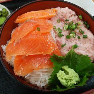 サーモンとねぎトロの2色丼(勘太そば )