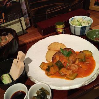 たつぷり野菜のトマトソースがけバンバーグ定食(長野県長寿食堂)