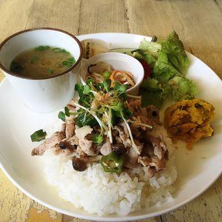 梅豚とオクラのどんぶり風ごはんプレート(cafe shibaken (カフェ シバケン))