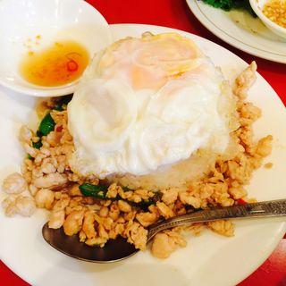 バイ カパオ(鶏肉のバジル炒めご飯)(チャオチャオバンブー )