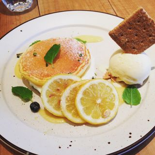 チーズムースとレモンカスタードのパンケーキ(ココノハ ミント神戸店)
