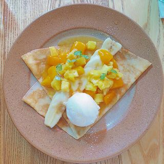 マンゴーとココナッツアイスのクレープ(cafe 363 (カフェサンロクサン))
