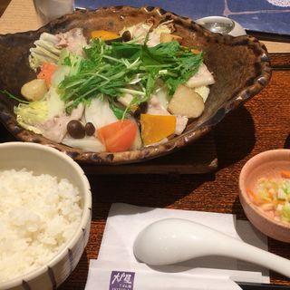 四元豚とたっぷり野菜の蒸し鍋定食(大戸屋 上大岡駅前店)
