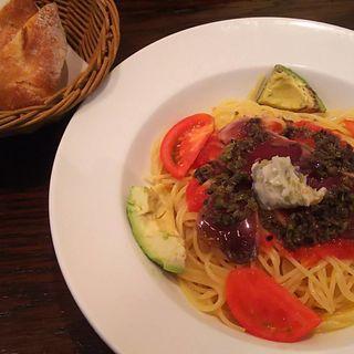 鰹たたきとアボカド、トマトの冷製パスタランチ