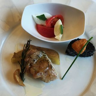 カプレーゼ イカスミの焼きリゾット 若鶏とポテトのロースト(ゾーナ イタリア イン チェントロ (Zona ITALIA in Centro))