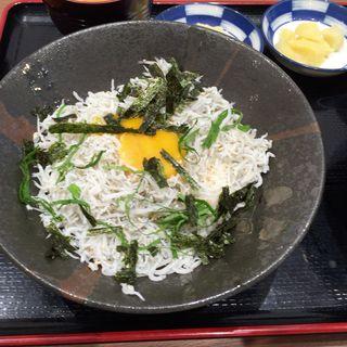 釜揚げシラス丼、卵トッピング(姫路とれとれ市場 )