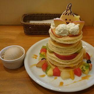 たっぷりフルーツと塩生クリーム、ジャムでおめかししたバターミルクタワーパンケーキ(2名様用)(パンケーキママカフェ VoiVoi (ヴォイヴォイ))