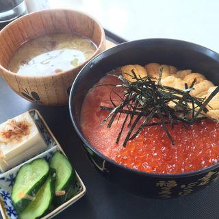 三色丼(お食事処タラ丸市場・海鮮屋)