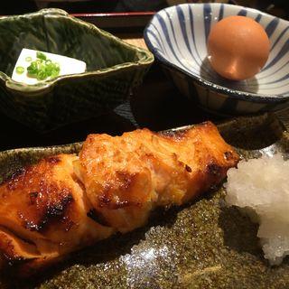 魚定食(鮭の西京焼き)(笑う楽し しゃり米 (ワラウタノシシャリベイ))
