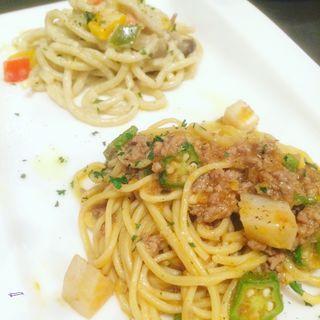 合鴨のラグーとオクラ、里芋のソース パスタ タリオリーニ&茸と旬菜、焼きナスの軽いクリームパスタ・ビーゴリ(アンブレラ )