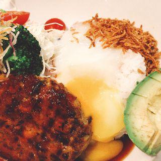 豆腐ひじきハンバーグとアボカドの温玉ロコモコプレート(梅田 阪急三番街 リバーカフェ (RIVER CAFE))