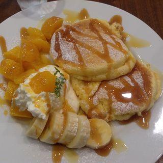 マンゴーとバナナのパンケーキ、オレンジソース添え(カームガーデン 川西店 (Calm Garden))