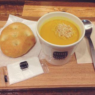 レギュラーカップセット(北海道産かぼちゃのスープとフォカッチャ)(スープストックトーキョー セントラルタワーズ店 (Soup Stock Tokyo))