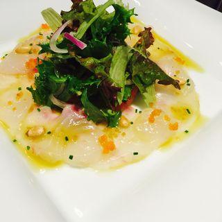 鮮魚のカルパッチョサラダ仕立てガルムのドレッシング(ヴェンティクワットロ (Venti quattro))