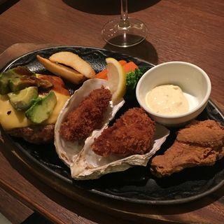 アボカドチーズハンバーグと牡蠣フライ(炭火焼グリル カキヤス)