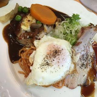 チキンのマヨネーズ焼きとローストポーク目玉付(ロミー (ROMMY))