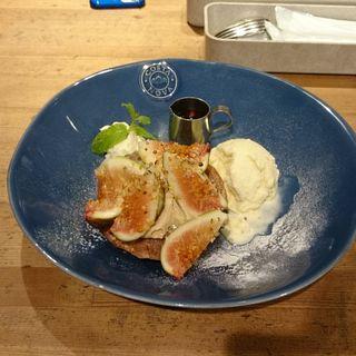 無花果とエスプレッソクリームのパンケーキ バニラアイス添え(GRANO DELICATESSEN BAR 銀座店 (グラーノ デリカテッセン バル))