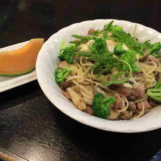 いろいろきのことソーセージ ブロッコリー 温玉 チーズのスパゲティ(大盛)(串よし )