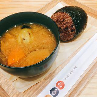 半熟たまご玄米おにぎりと特製おみそ汁(寝かせ玄米おむすび いろは)