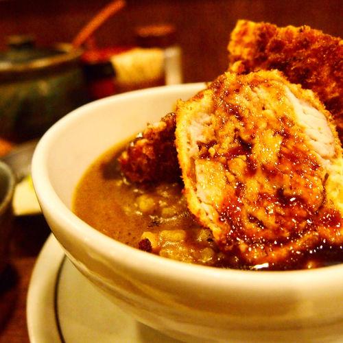 とん丼 新宿 王ろじのとん丼(かつカレー)。 大正十年創業のとんかつ屋さん。 とん丼は名物。カツは大ぶりなんだけど、下処理で肉の筋切りをしっかりしてるからとっても柔らか。 カレーも優しめの味わいでカツが主役のかつカレー。 行列並んだ甲斐がありました。 Ohroji's Tonkatsu curry.Very big and soft juicy Tonkatsu and great curry is best combination!