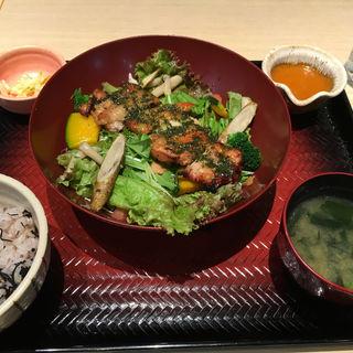 炭火焼きバジルチキンサラダ定食(大戸屋 りんくうシークル店 )