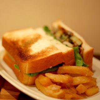 マッシュポテトと揚げ野菜サンド