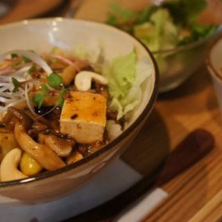 お豆腐と茄子の秋の実マーボー丼(カフェ豆茶 (まめちゃ))