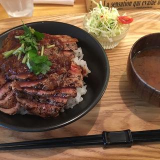 ステーキ丼(肉大盛り)(にくきゅう )