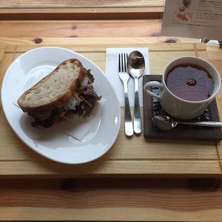 レンコン、自家製ローストチキン、粒マスタードを挟んだサンドイッチ(パンとお話 Appleの発音)