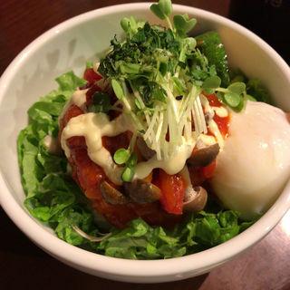 トマトソースと温玉ハンバーグ丼(ZEN茶'fe )