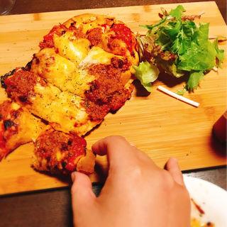 ピリ辛ミートのナンピザ (ボン・テーブル )