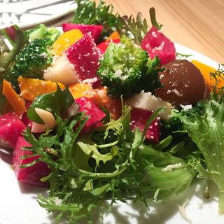 フルーツとスカモルツァ(モッツァレラの燻製)のサラダ(ライフライン)