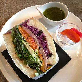 旬野菜サラダを挟んだ日替わりハーフサンドイッチ