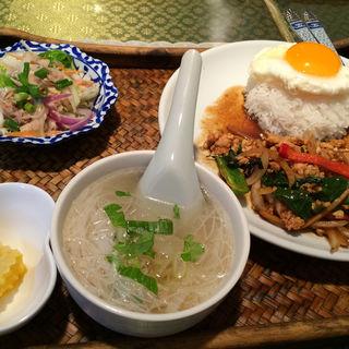 鶏肉バジル炒めご飯セット(トムヤムクン (Thai Restaurant トムヤムクン))