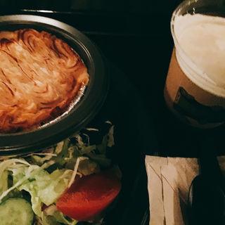 シェパーズパイ&ガーデンサラダ 挽肉と野菜、マッシュポテトのココット焼き、サラダ添え(三本の箒 (THREE BROOMSTICKS))
