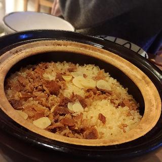 牛バターガーリック醤油の土鍋炊き込みごはん(taolu's 池尻食堂)