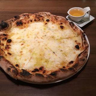 4種のチーズのピッツァ クアトロフォルマッジ(ナポリピッツァエッセドゥエ 博多店)