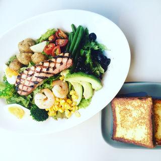 6種の野菜とスパイシーグリルチキンのサラダ ポーチドエッグ添え(マーサーブランチ (MERCER BRUNCH))