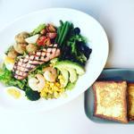6種の野菜とスパイシーグリルチキンのサラダ ポーチドエッグ添え