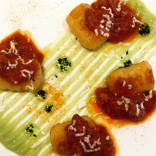 自家製焼きニョッキ 南イタリア風サルシッチャソースとブロッコリーのピュレ(Ristorante Stefano e Tomoko )