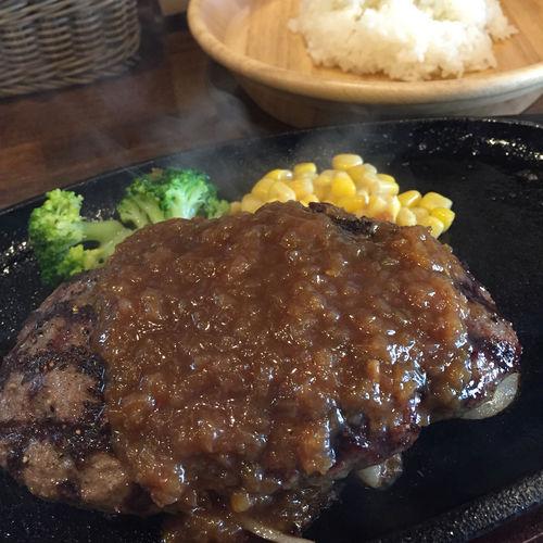 ハンバーグステーキ ランチ限定! ずっしり重みのある250g牛100%ハンバーグ♡がっつりお肉のハンバーグが食べたいならココだね!ライスとサラダ、スープ付いてます。