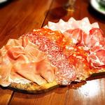 イタリア産サラミと生ハムの盛り合わせ
