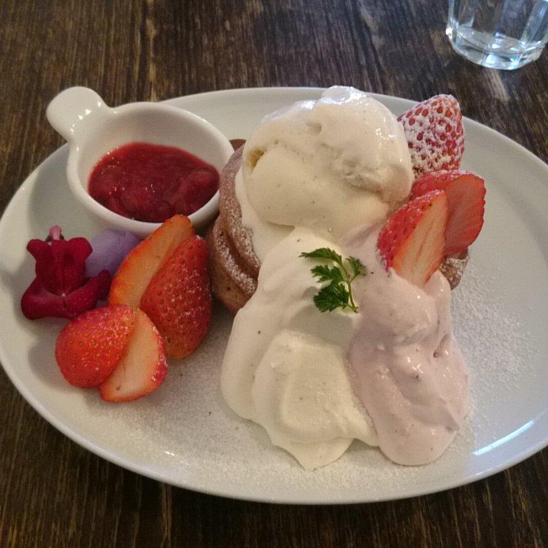 恋に効く苺とバラのチョコレートパンケーキ